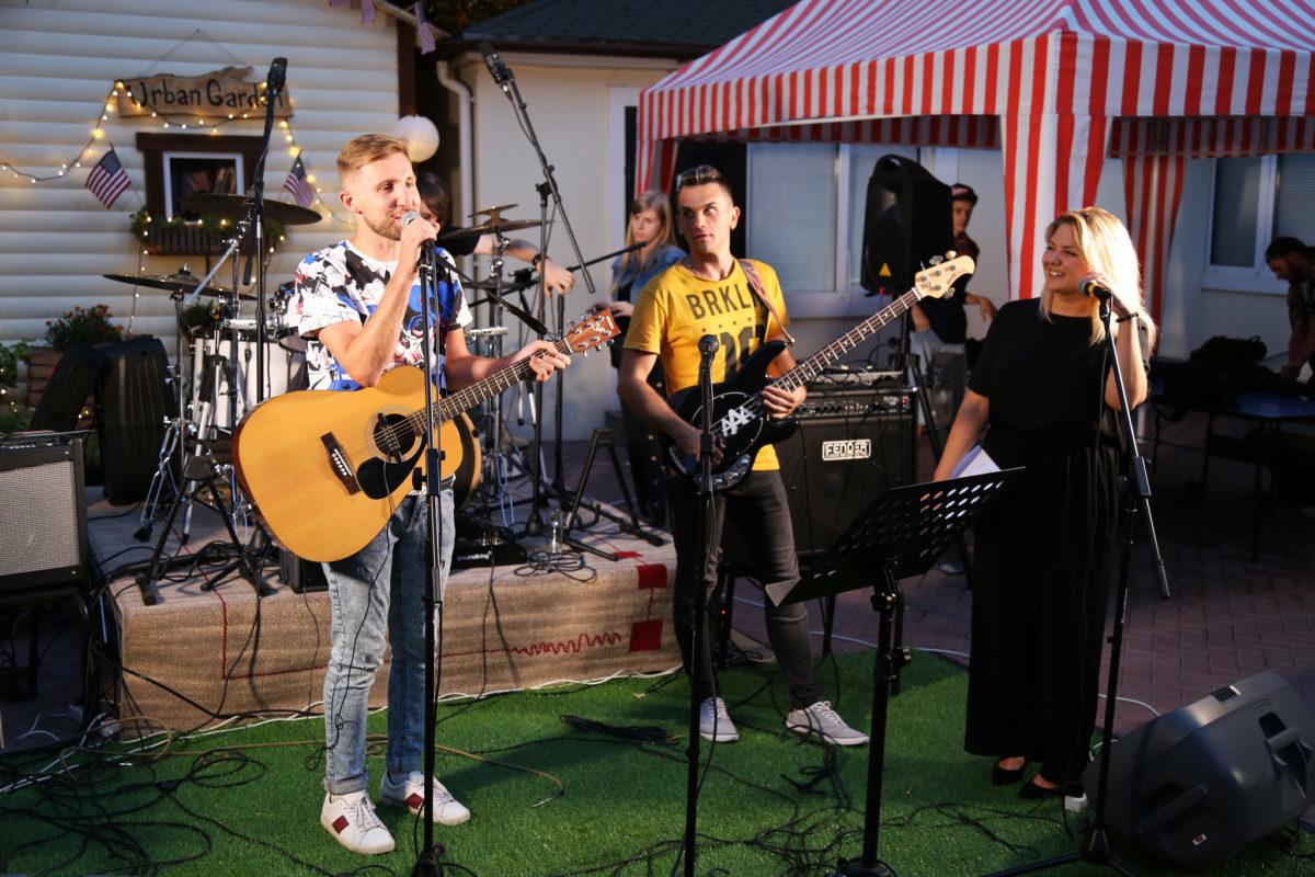 Лучшие американские песни в каверах молодых украинских талантов