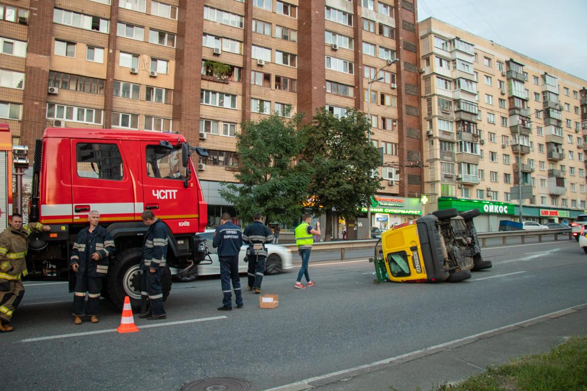 На Голосеевском проспекте перевернулся автомобиль