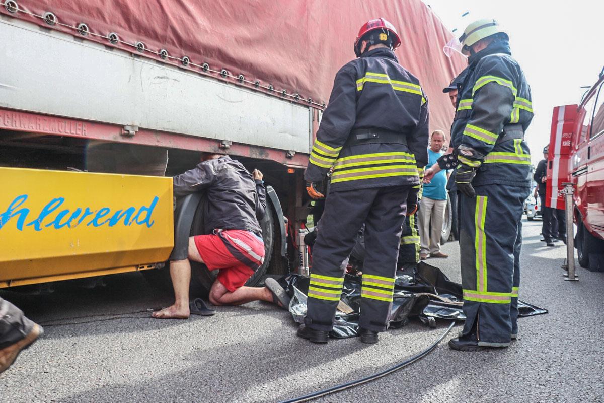 Мужчина залез между колесом и дном прицепа, который упал и раздавил ему голову