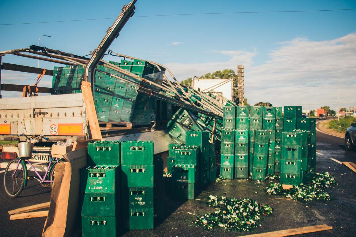 Под Киевом на Бориспольской трассе во время движения фуры из ее прицепа прямо на проезжую часть высыпались десятки ящиков с пивом