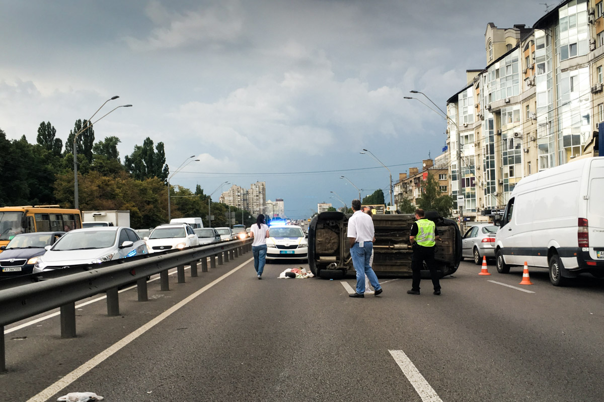 По предварительной информации, хетчбек Chevrolet двигался по проспекту Победы от станции метро «Нивки» с превышением скорости