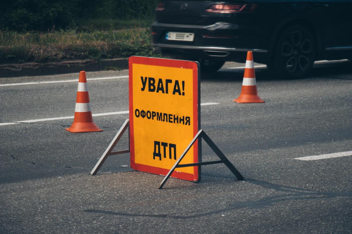 В Киеве на Броварском проспекте произошла авария с участием фуры Scania и «Богдана» с пассажирами в салоне