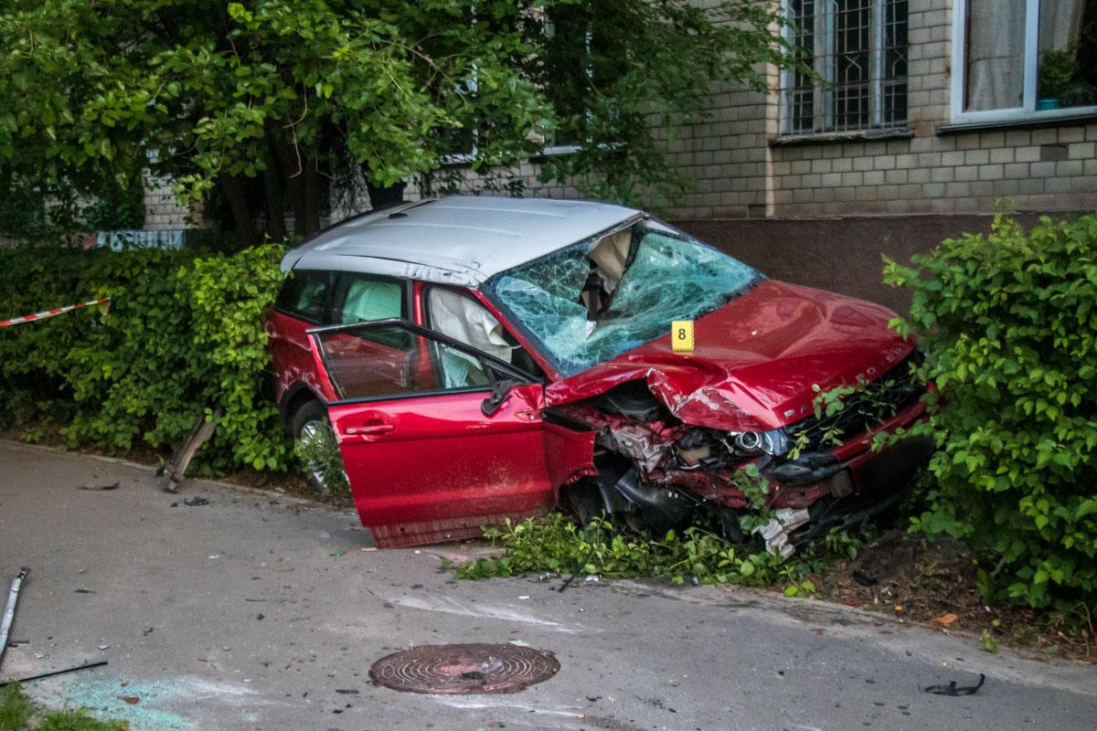 Единственным пострадавшим оказался водитель, которого увезла карета скорой помощи