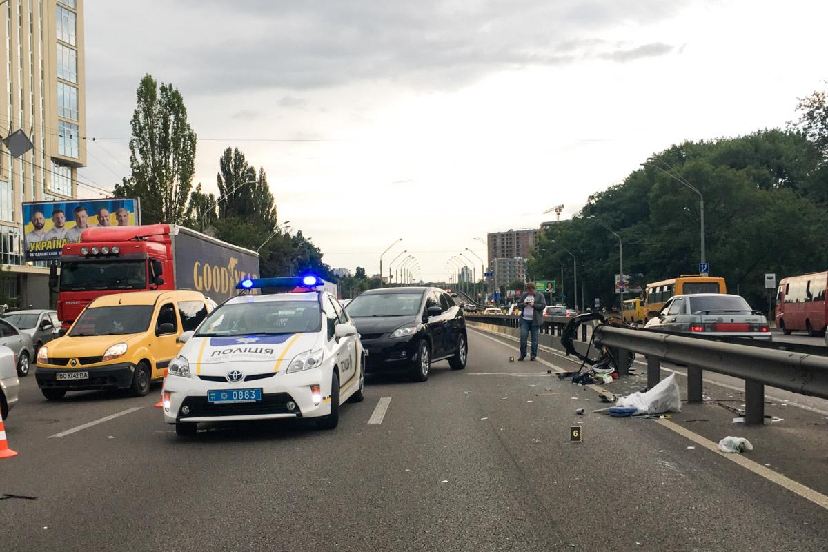В воскресенье, 7 июля, в Киеве возле станции метро «Нивки» произошло ДТП с участием автомобилей Kia Rio и Chevrolet
