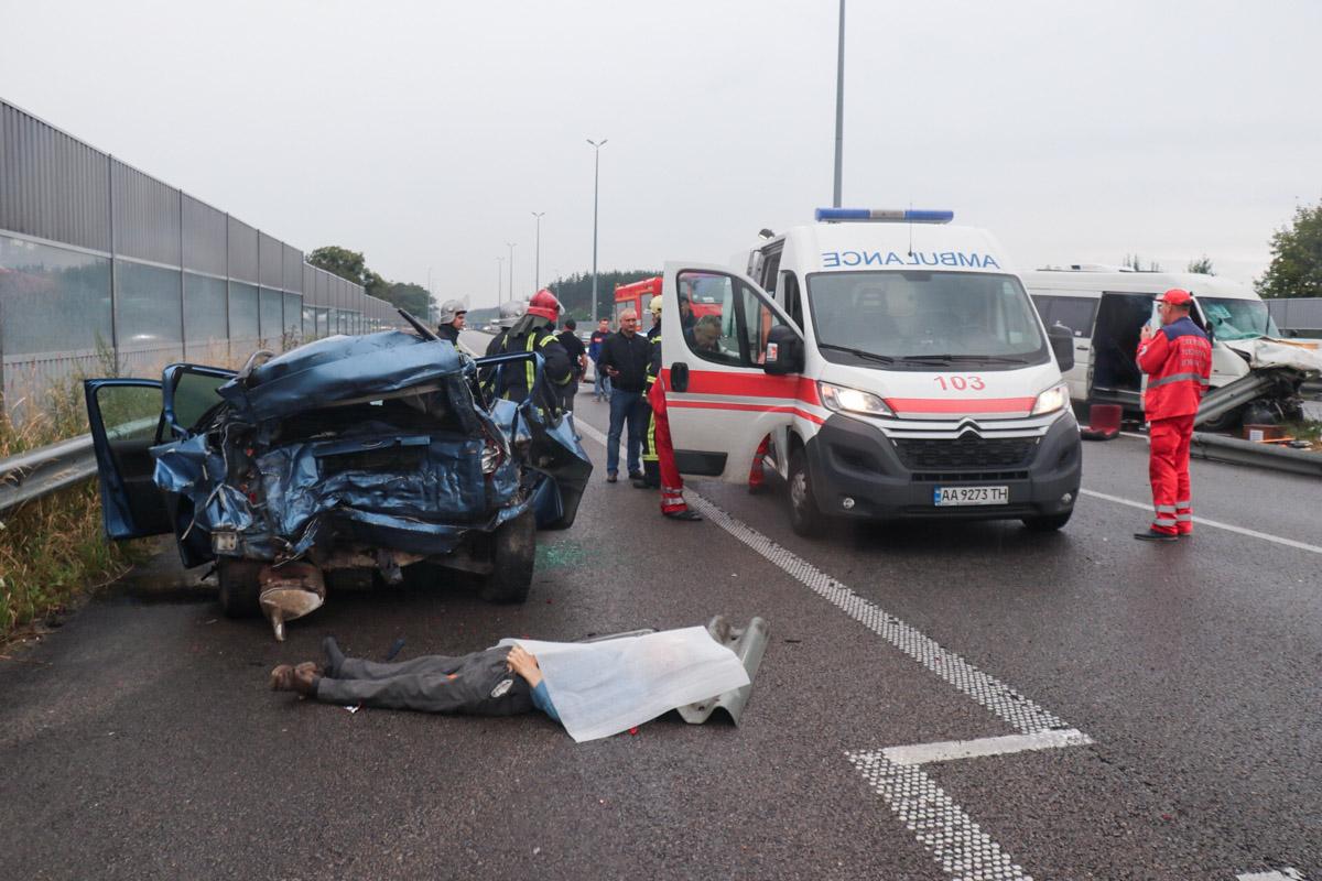 Под Киевом произошло масштабное ДТП с участием маршрутки и легковушки