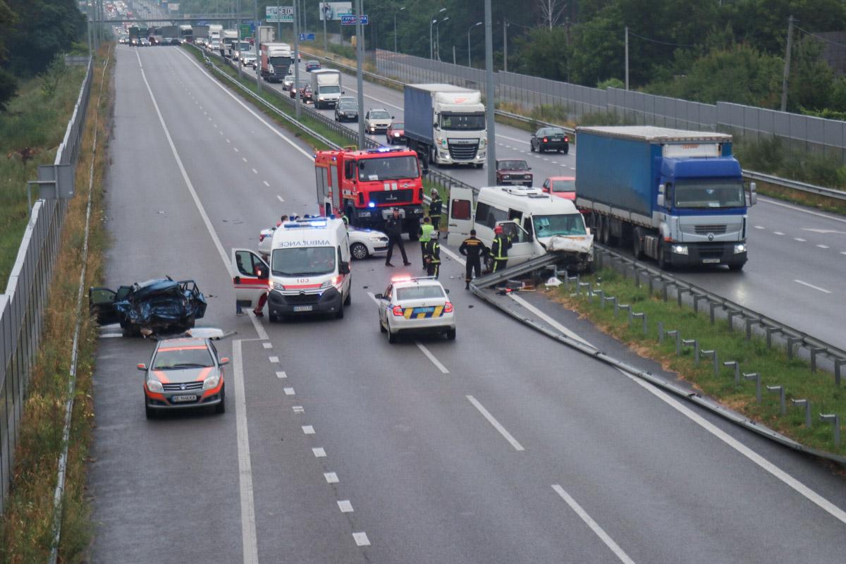 На 34 километре Житомирской трассы произошло масштабное ДТП с участием маршруткиVolkswagen LT иFord Mondeo