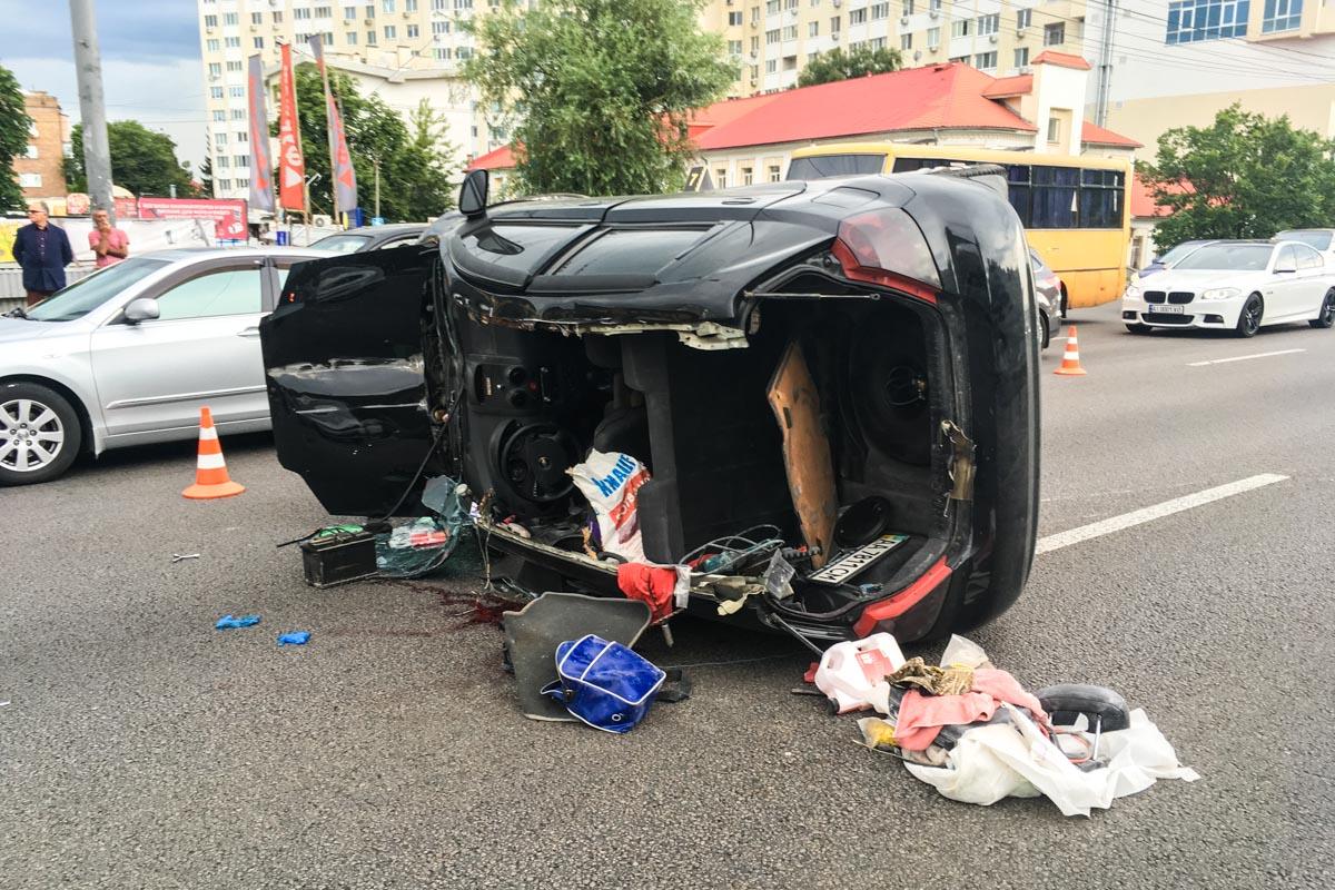 После этого Chevrolet врезался в отбойник, почти полностью лишился крыши и перевернулся