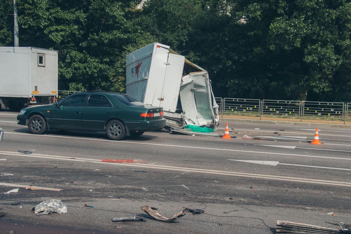 На бульваре Дружбы Народов в Киеве произошло ДТП с участием двух грузовиков