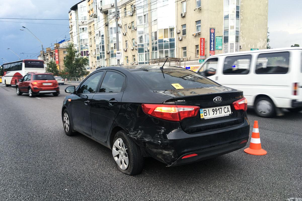 По пока неустановленной причине он потерял управление и зацепил автомобиль Kia
