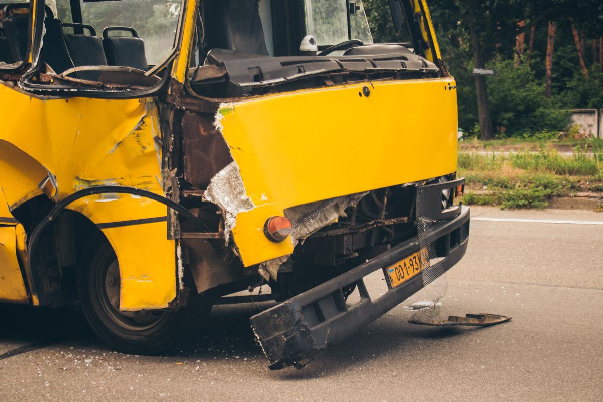 Одну из пассажирок маршрутного такси зажало между передними сидениями