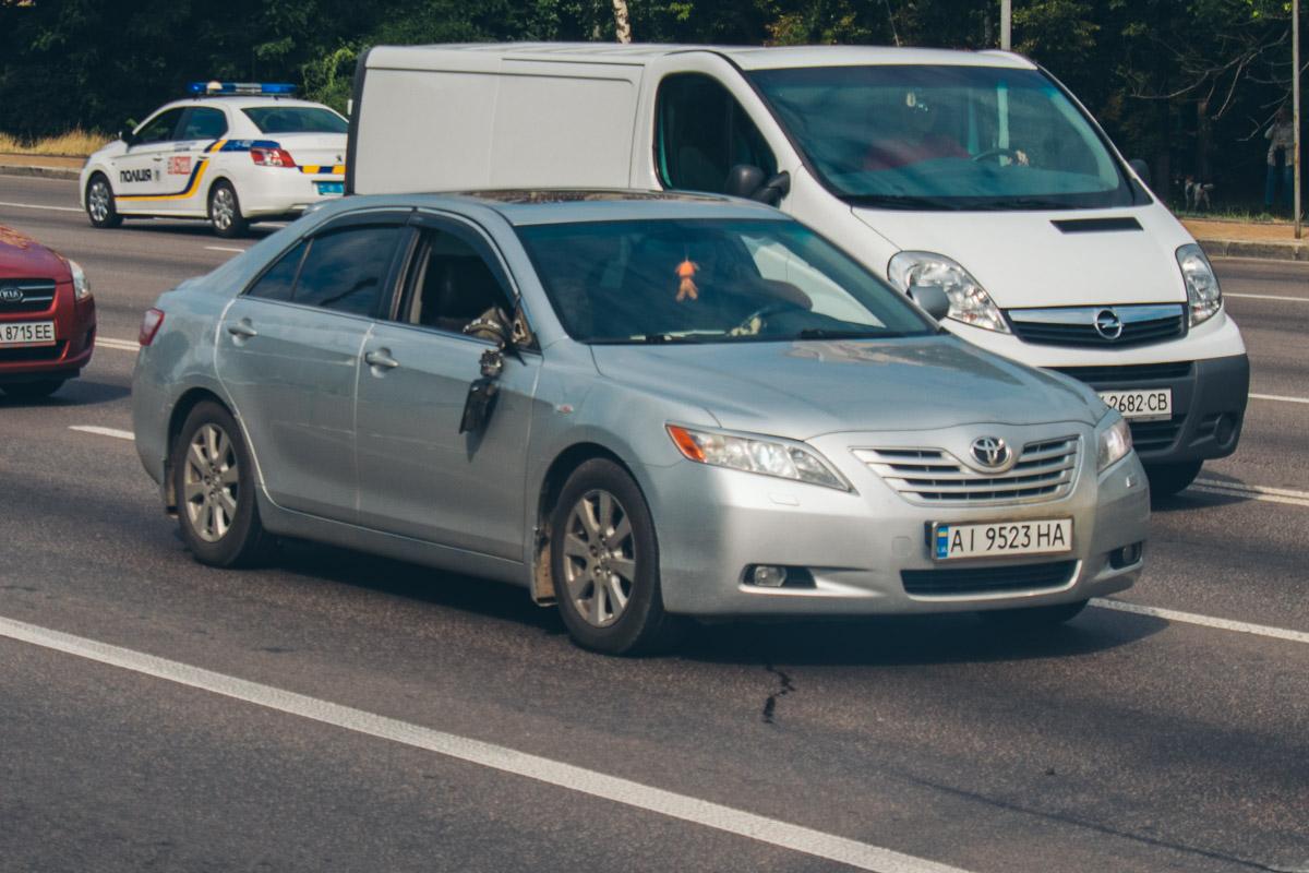 Более того, по касательной фургон Iveco задел седан Toyota