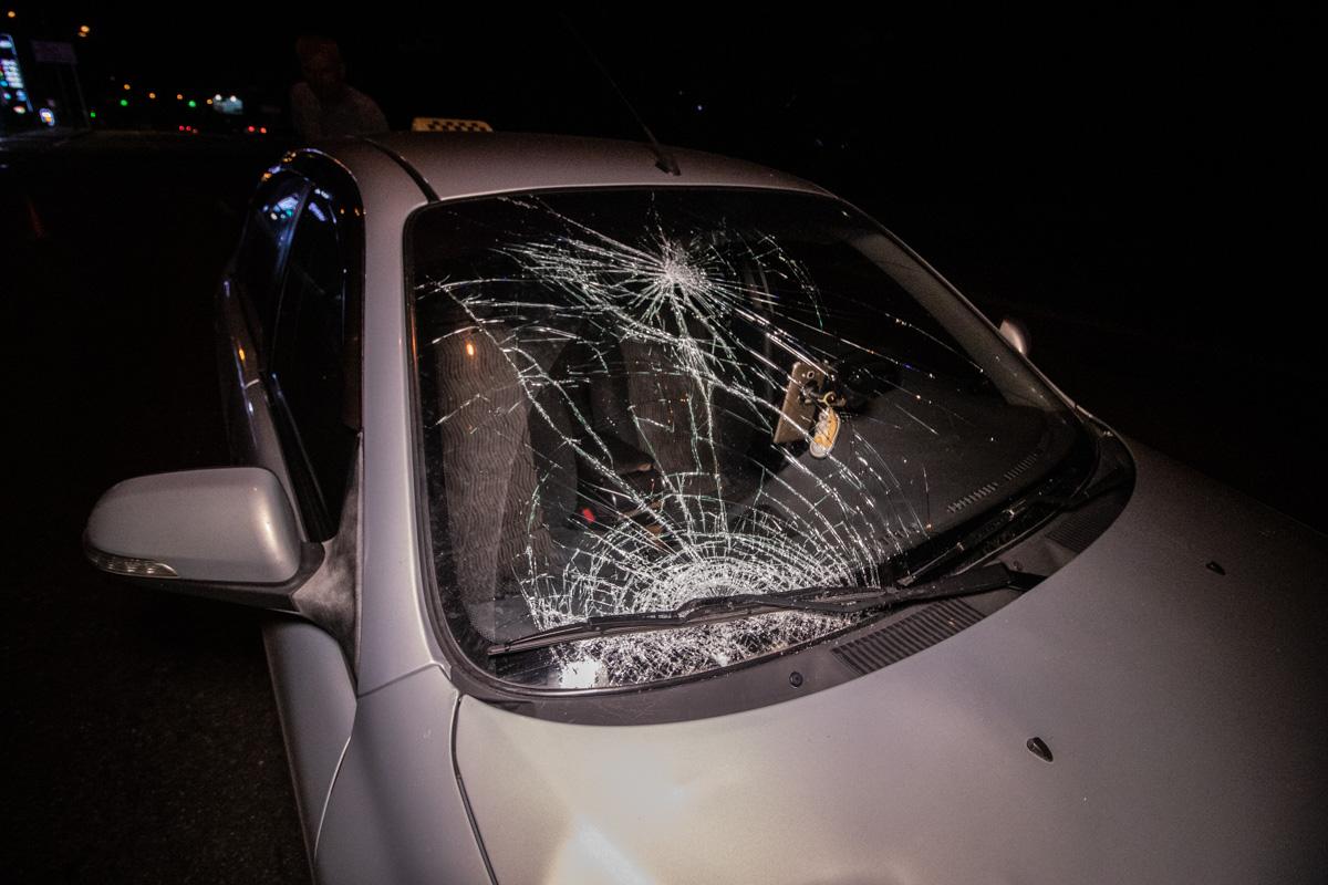 От столкновения пострадали пассажир такси и сам пешеход