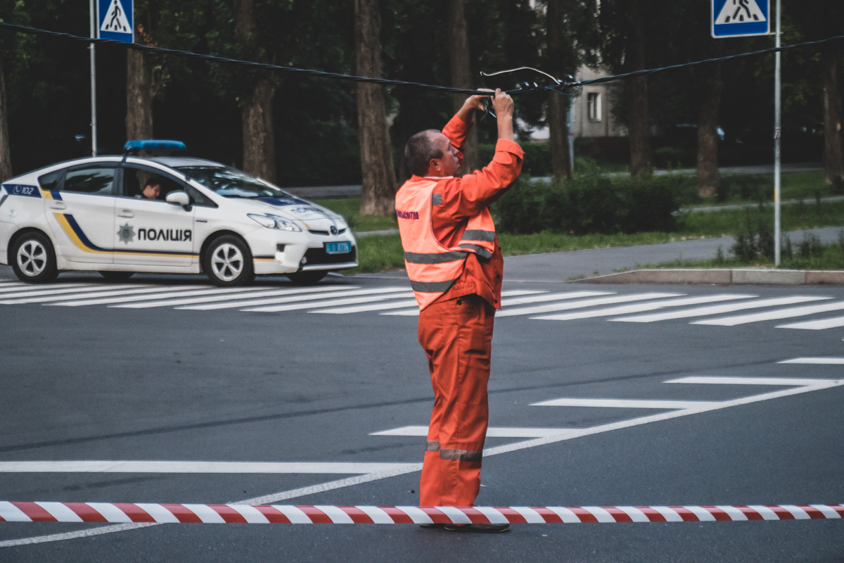 На месте помимо полицейских работали коммунальщики, которые устраняли проблемы с электросетью