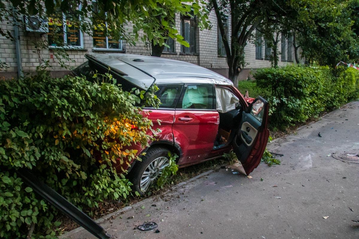 Единственным участником аварии стал кроссовер Range Rover