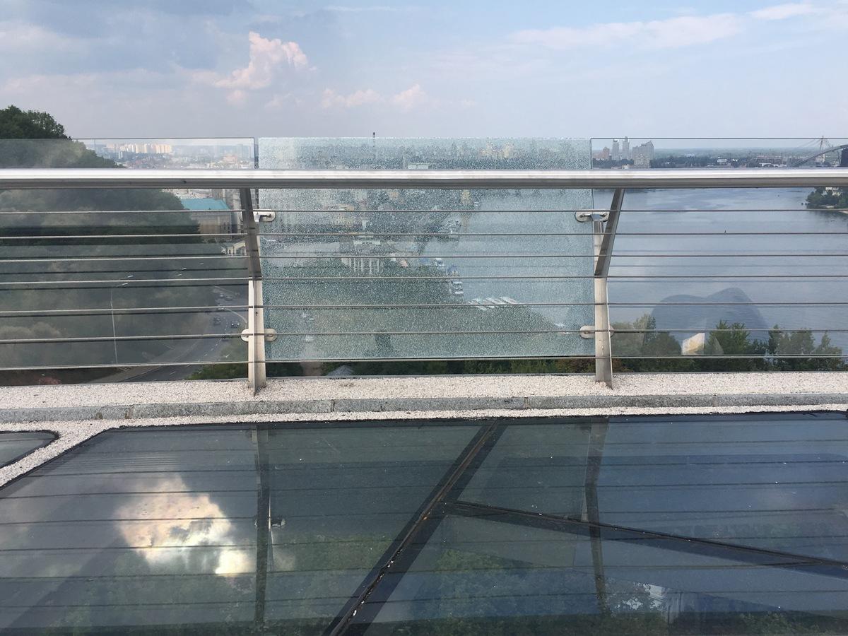 Пока что треснула всего одна секция боковых стекол моста