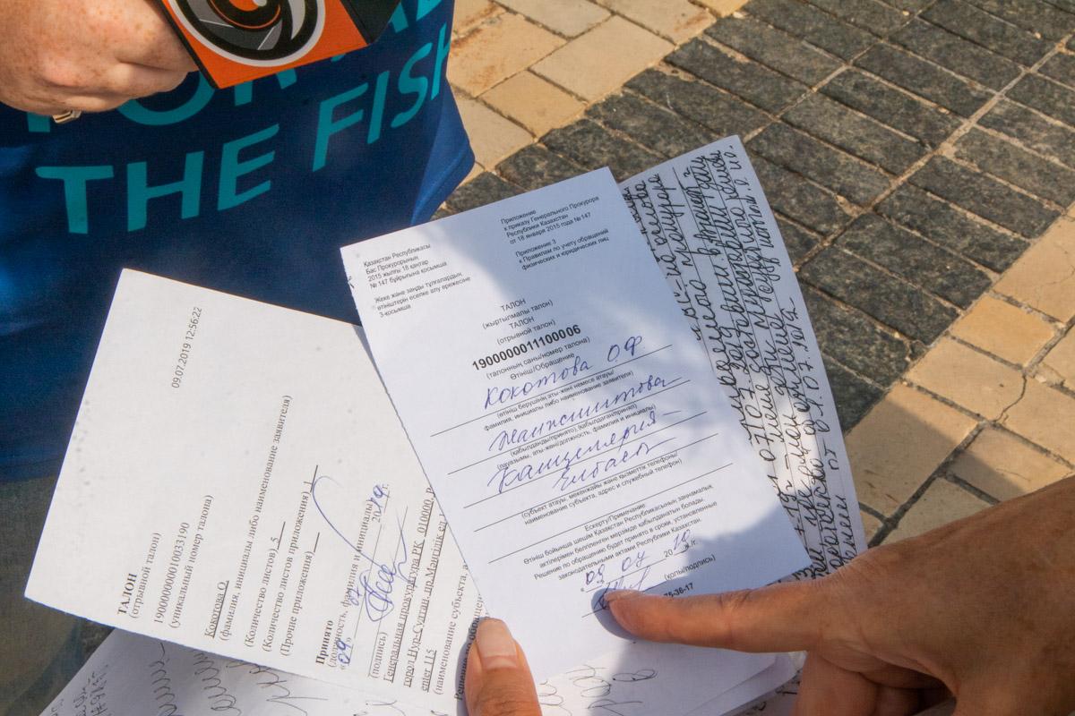 На руках у Ольги есть документы, которые она подавала в Казахстане, и целая папка с отказами от различных ведомств здесь, в Киеве