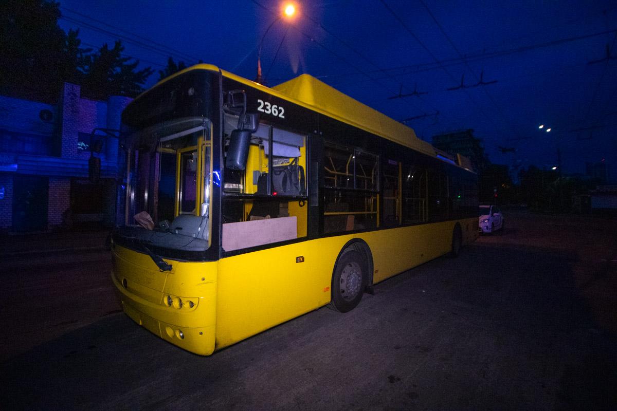 В ночь на 23 июля в Киеве на перекрестке улиц Чернобыльской и Ирпенской патрульные остановили троллейбус
