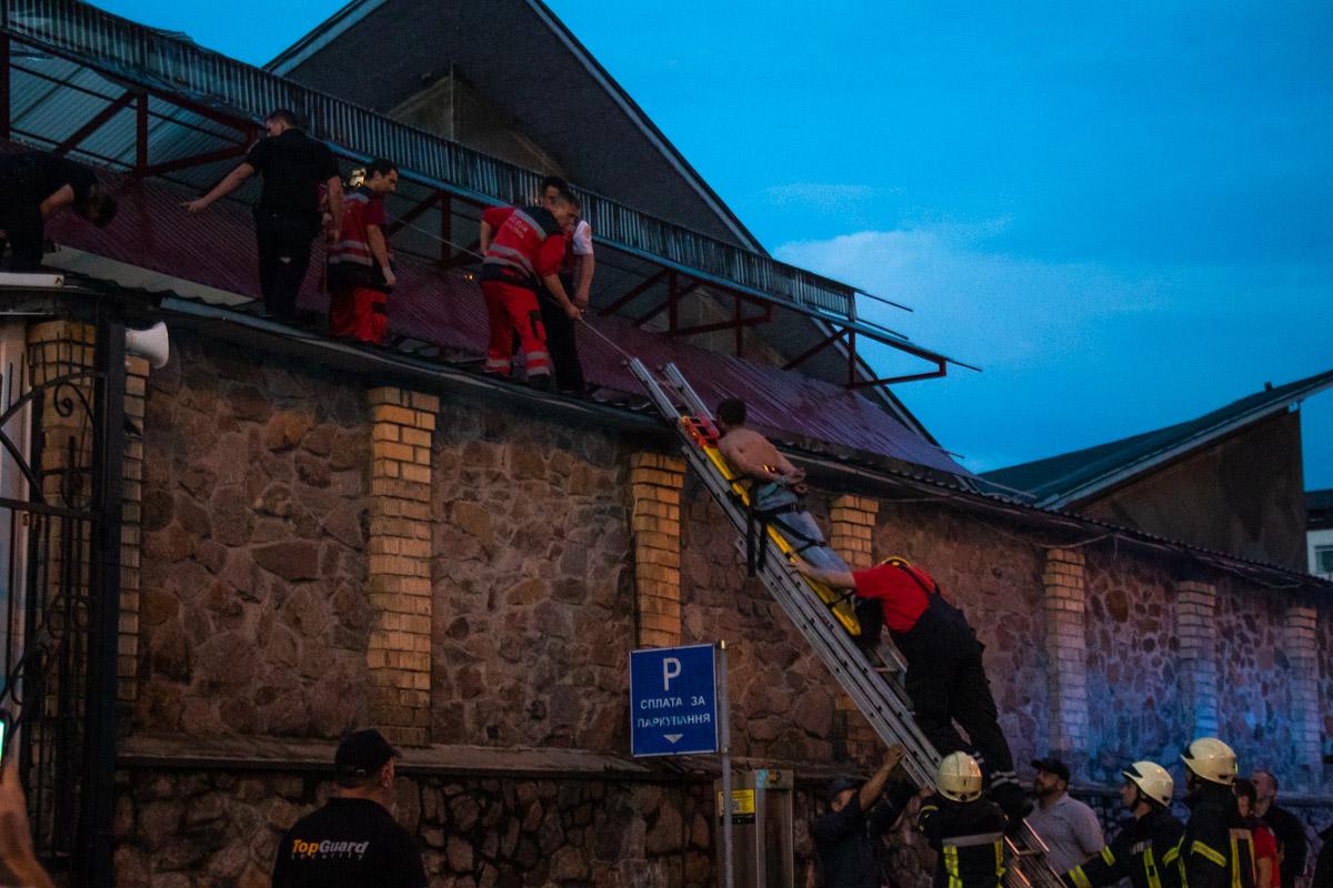 Мужчину в наручниках снимали спасатели