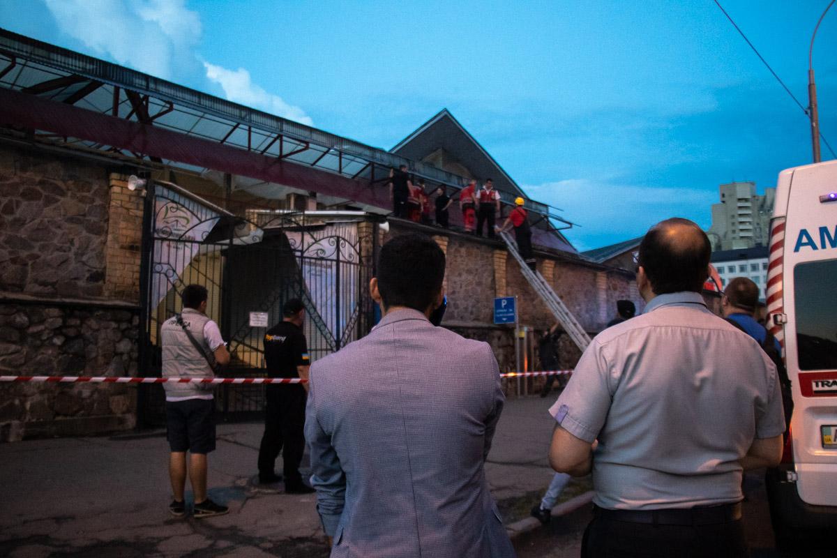 В Голосеевском районе Киева по адресу улица Антоновича, 115 мужчина забрался на крышу Владимирского рынка и угрожал, что прыгнет вниз