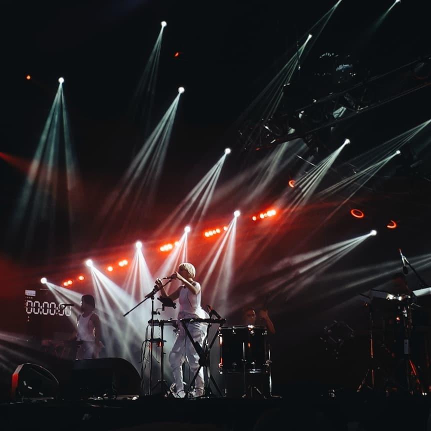 """С каждым новым фото с концерта все сложнее описывать нахлынувшие на людей эмоции. @a_semenenko_ сделала такой """"снимок на память"""" на выступлении Onuka"""