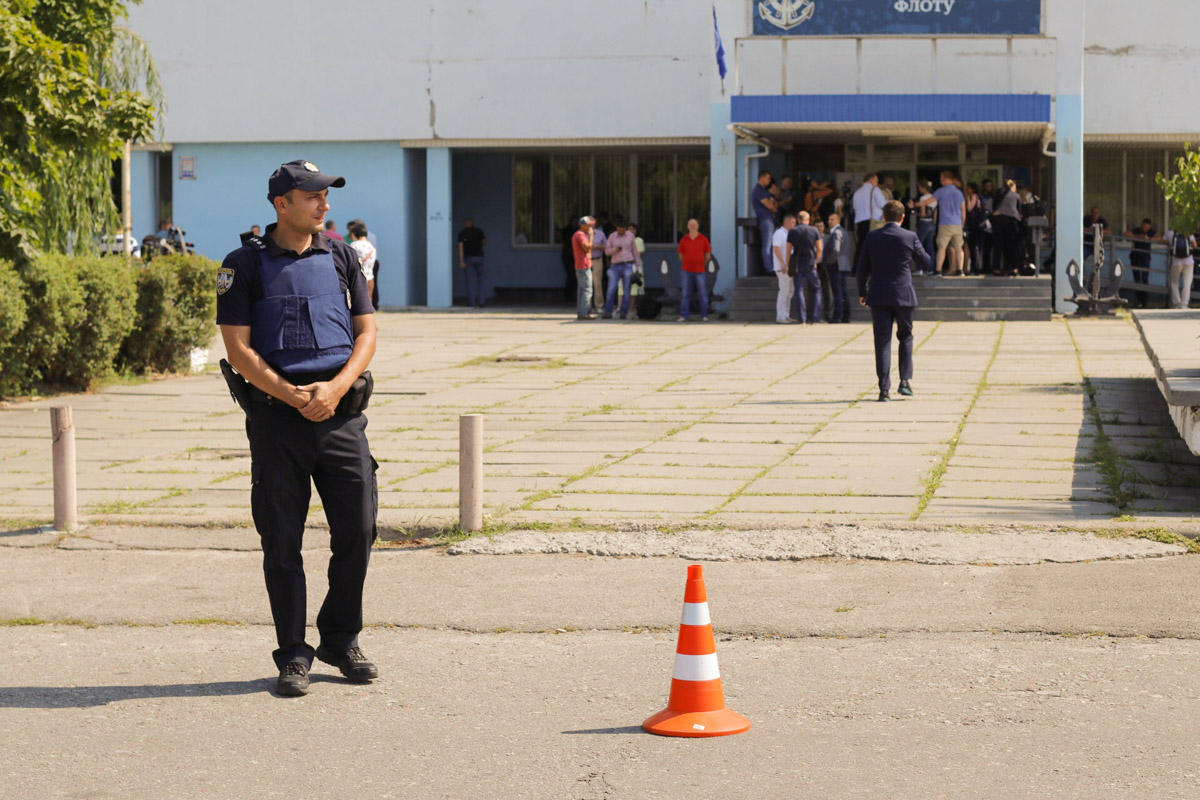 За час до приезда Президента на месте уже собирается пресса и дежурят правоохранители