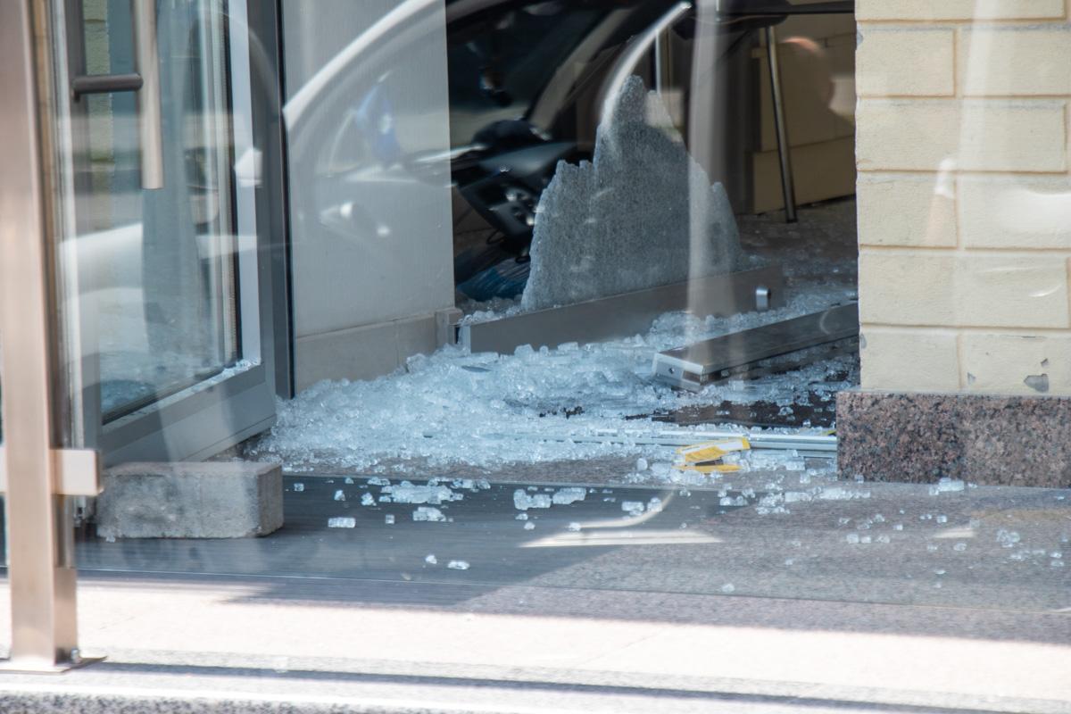 Злоумышленник в маске и с охотничьим ружьем зашел в ювелирный ювелирку по адресу улица Антоновича, 38а с целью ограбления