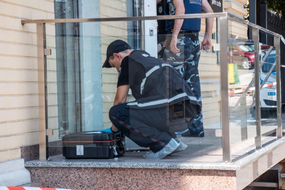 Мужчина навел ствол на охранника, сказал, что это ограбление и чтобы тот не двигался, иначе он выстрелит