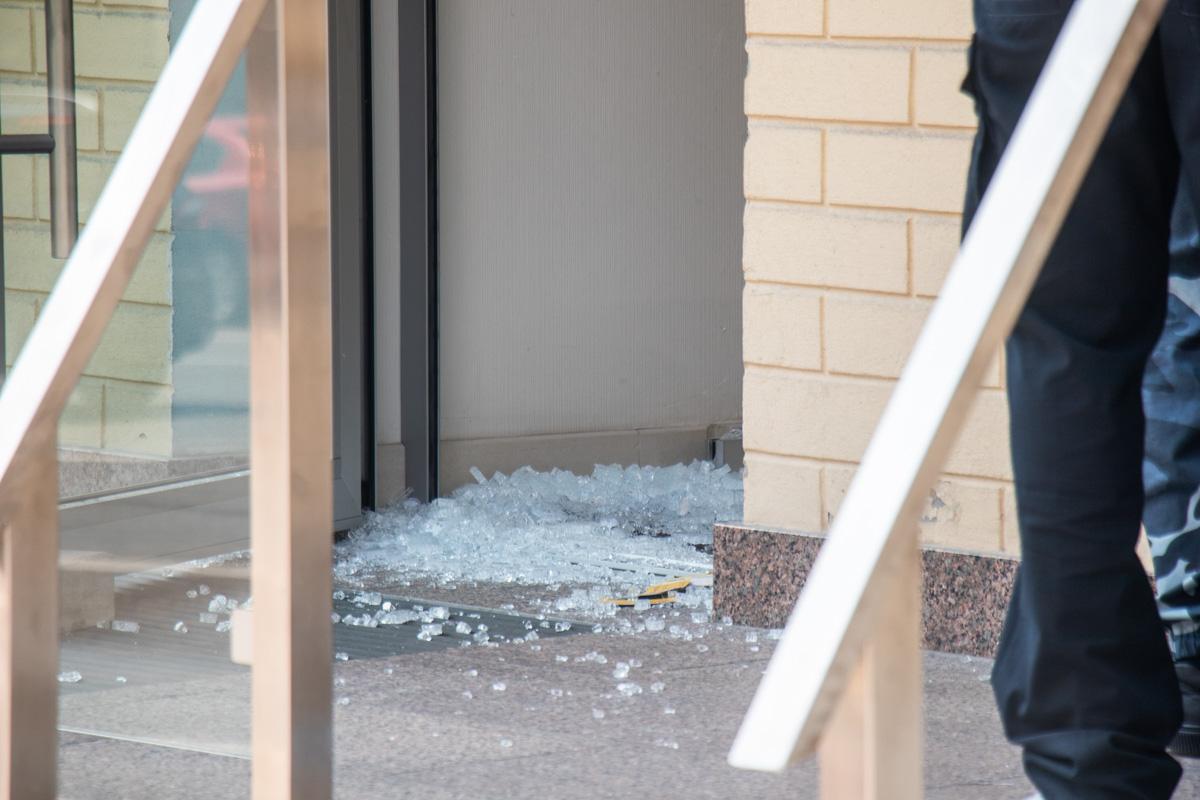 Злоумышленник попал в витрину, установленную внутри магазина, а не в охранника.