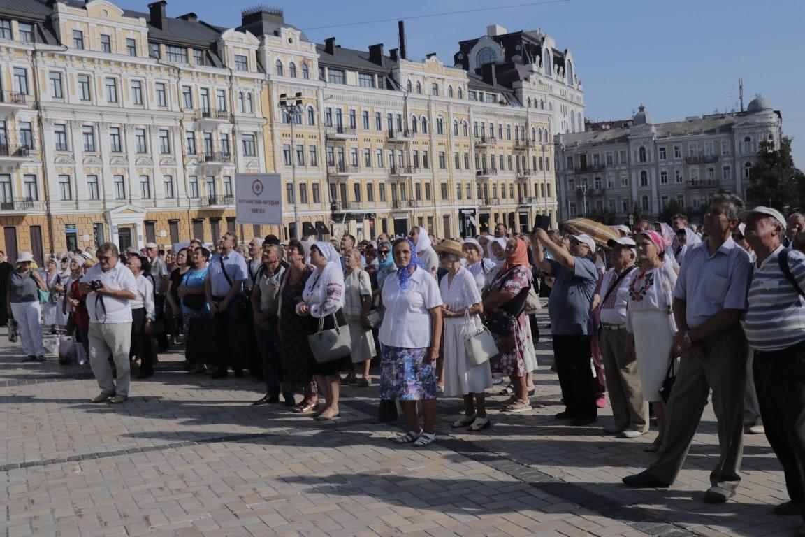 Прихожане недавно получившей автономию церкви собрались на молебен возле Софии Киевской