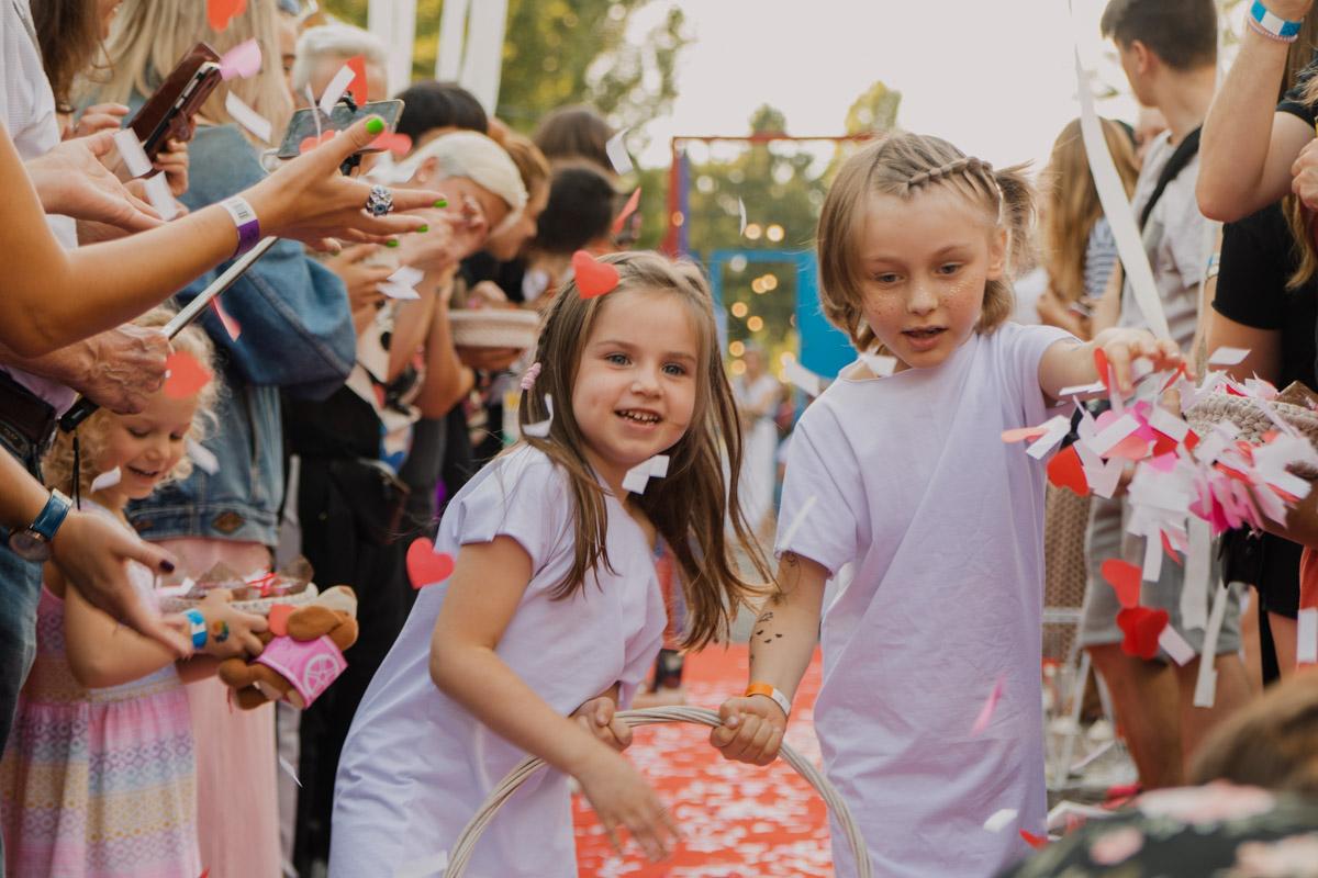 Первыми перед всеми присутствующими появились маленькие ангелы (детки), они рассыпали тысячи сердечек вокруг