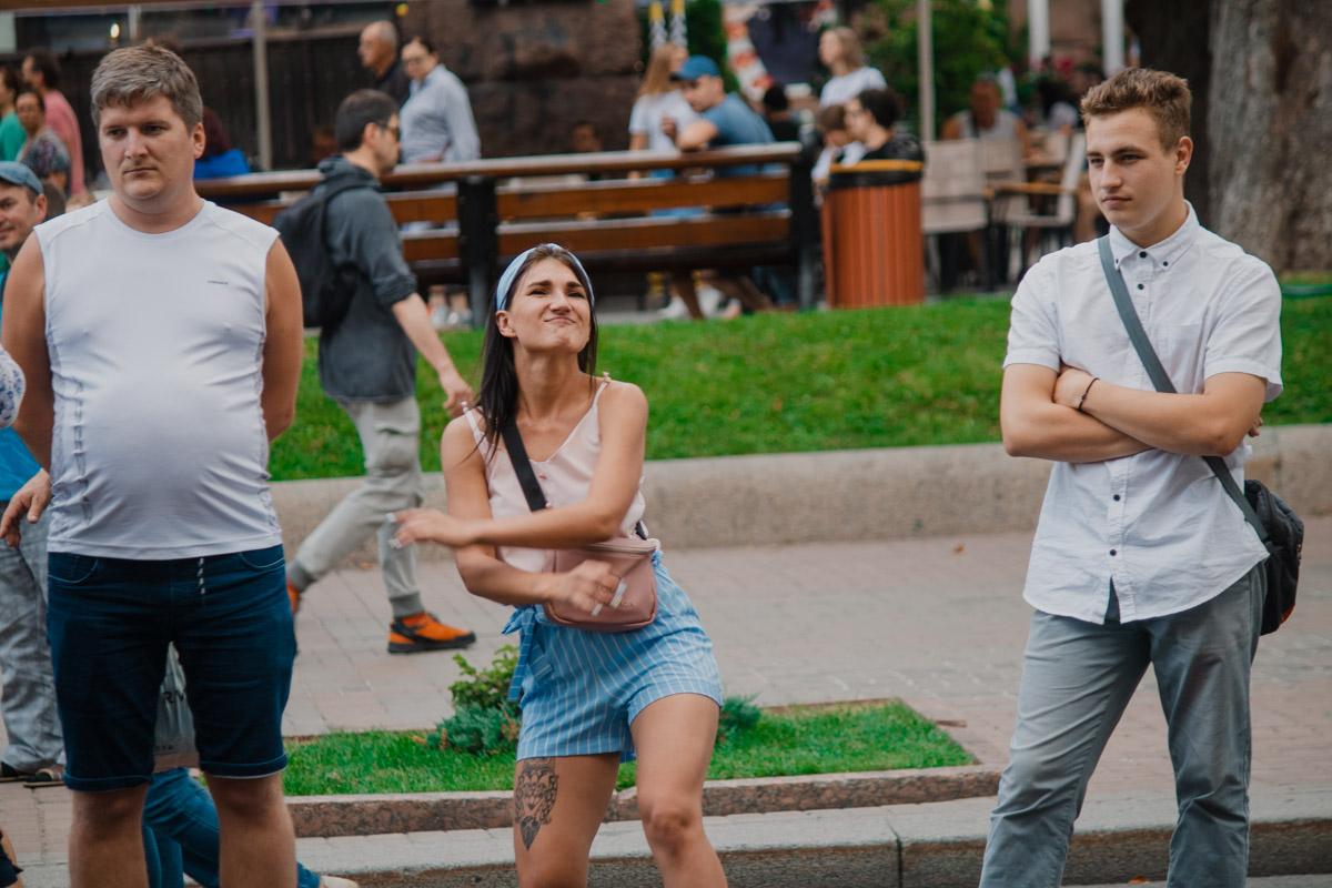 Стой рядом с танцующим, будто тебе не стыдно
