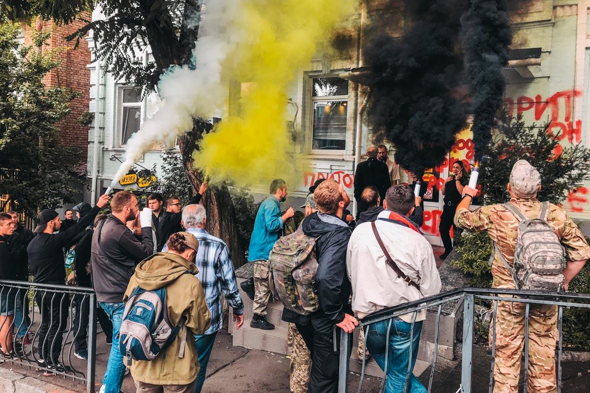 Протестующие представились участниками боевых действий. По их словам, лотереи этой компании принадлежат олигархам из России