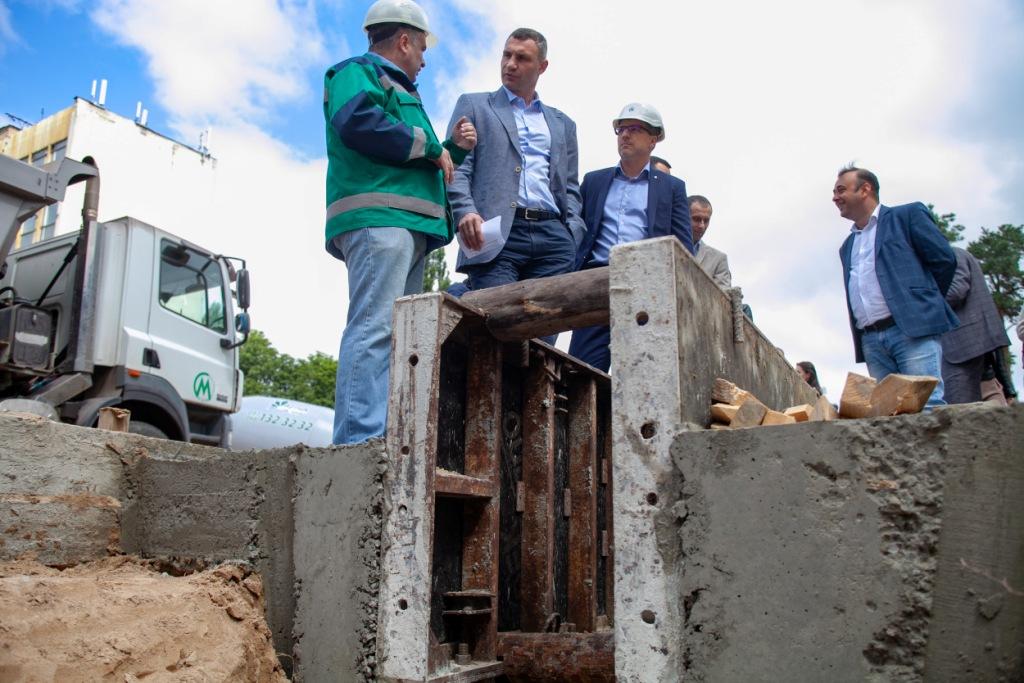 В данный момент рабочие готовят участок к установке щита, диаметр которого - шесть метров