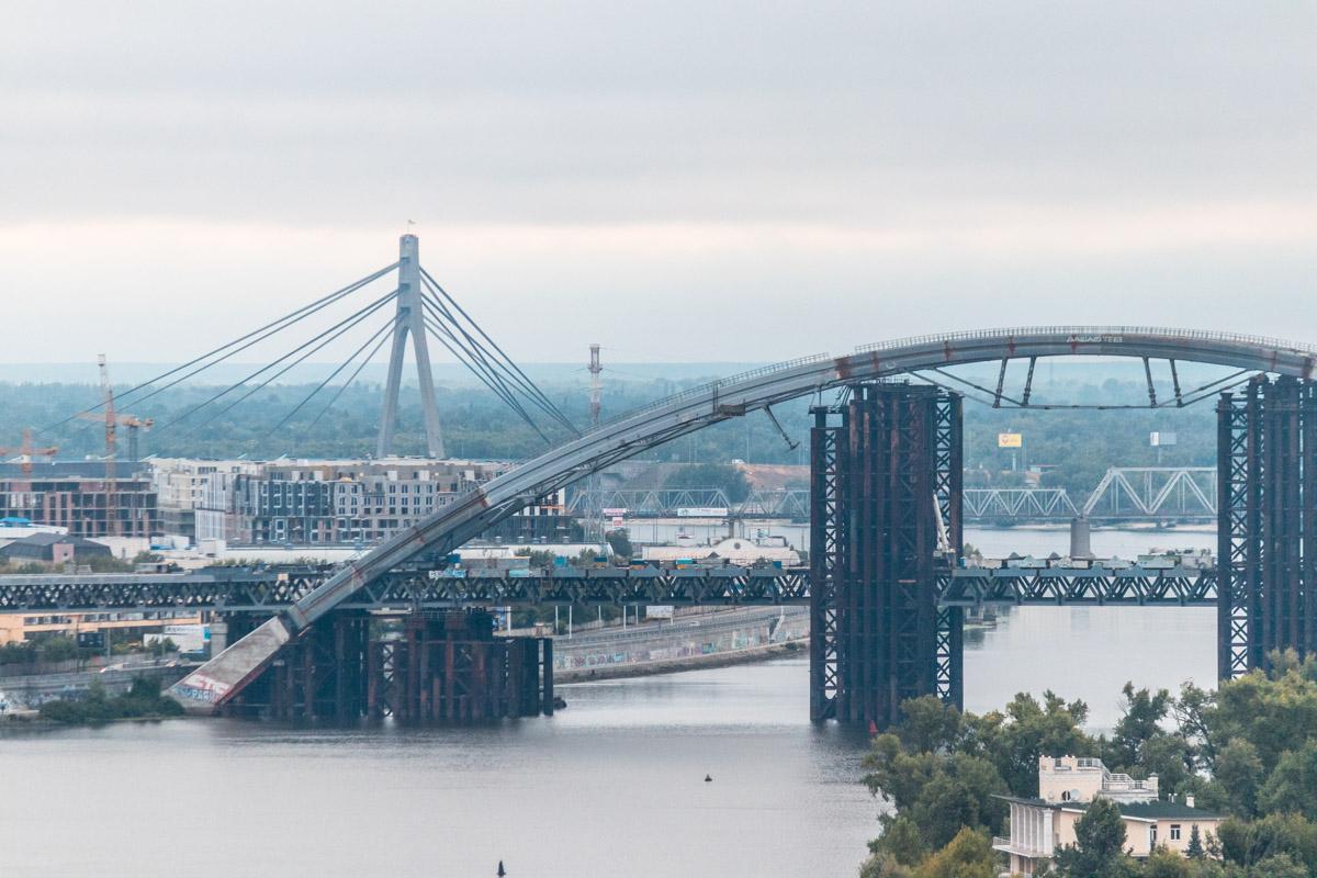Монументальные мосты раскинулись по берегам столицы и видят каждый рассвет