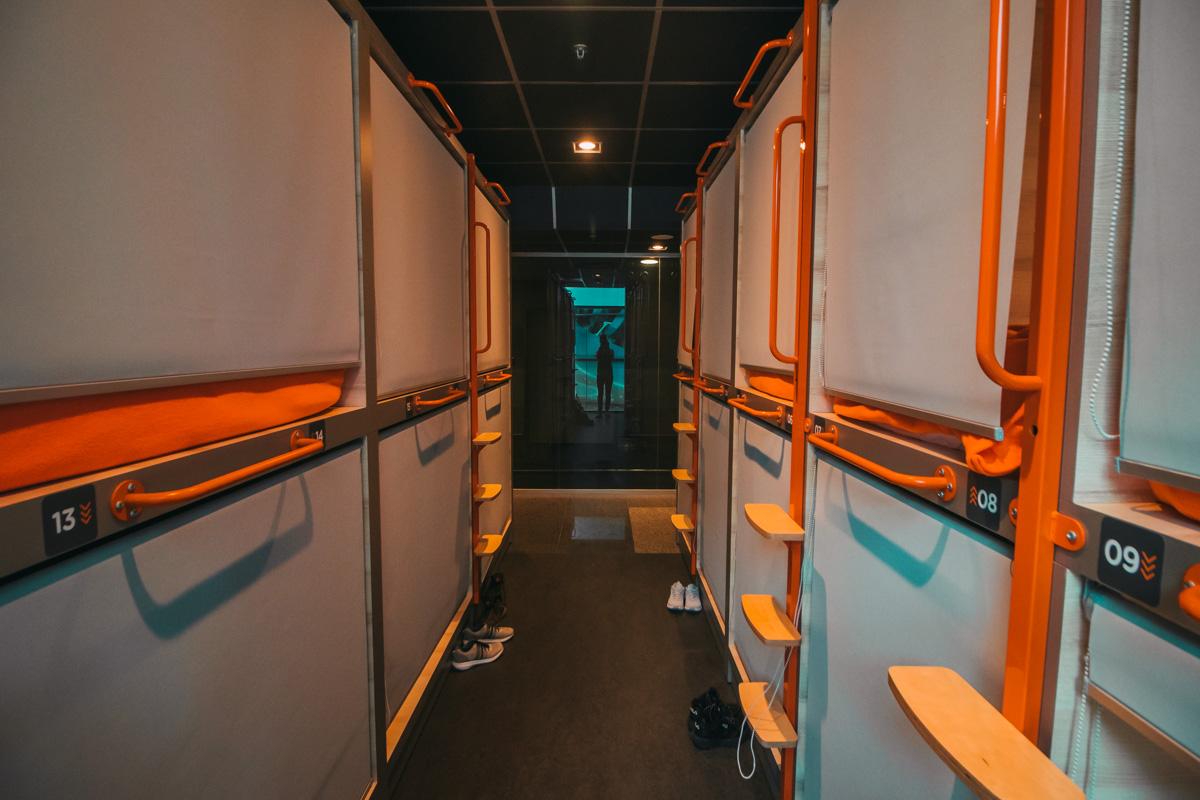 Пассажирам доступны 40 одноместных и 16 двухместных капсул-номеров