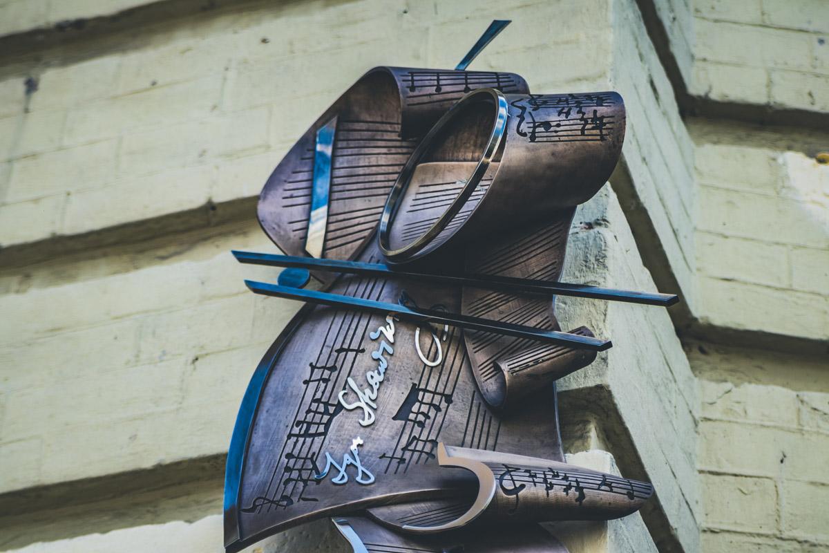 Стравинский - выдающийся композитор и диригент, что и нашло отражение в оформлении памятной доски