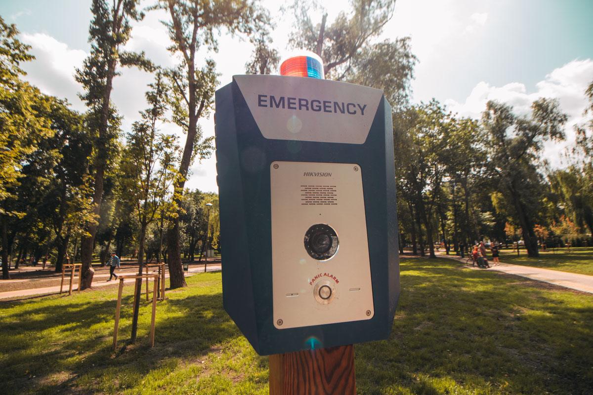 Одна из экстренных кнопок, установленных в парке - пока что не работает
