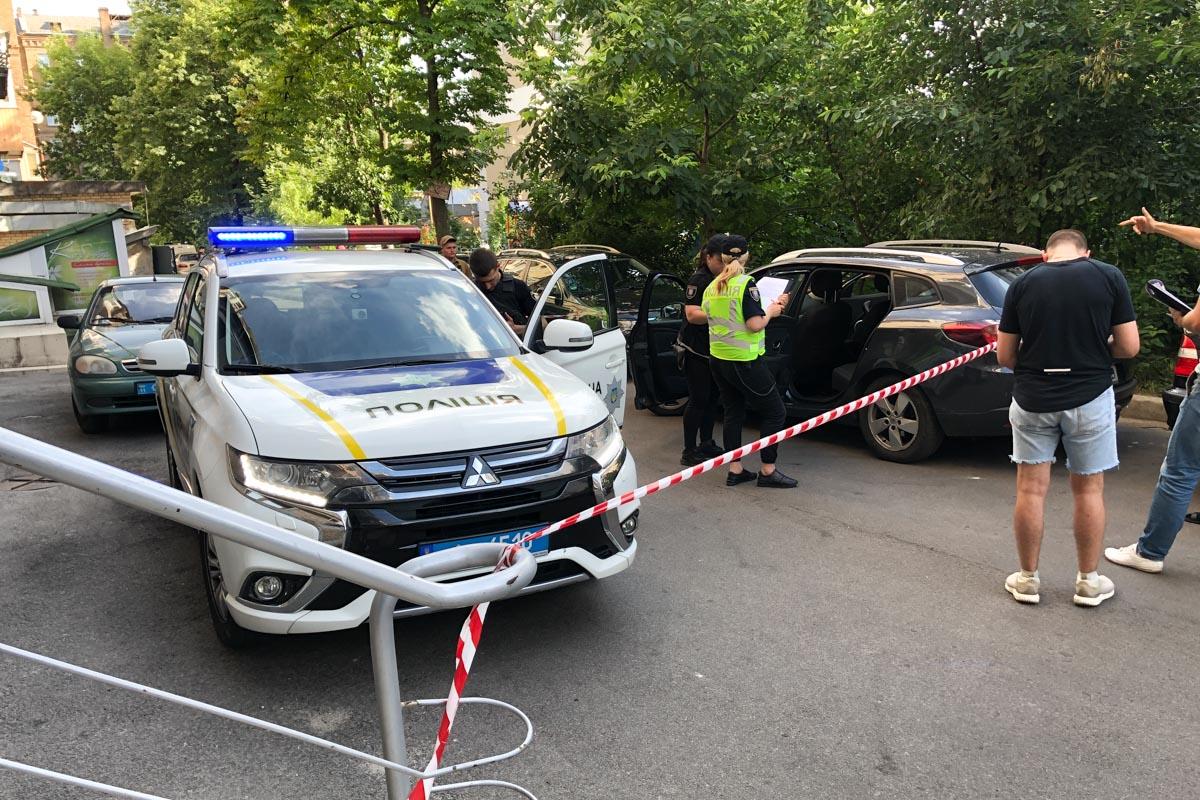Трое людей в масках выхватили сумку с деньгами из машины Renault Megan и скрылись в неизвестном направлении