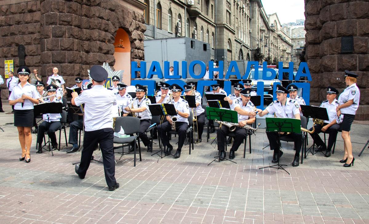 На Крещатике играл полицейский оркестр