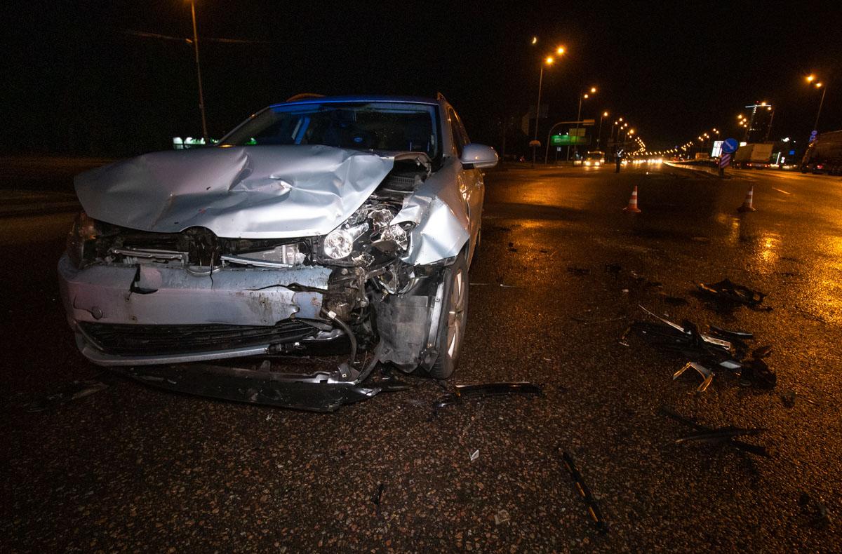Возле станции метро «Бориспольская» произошла авария с участием автомобилейCitroen Berlingo и Volkswagen Golf
