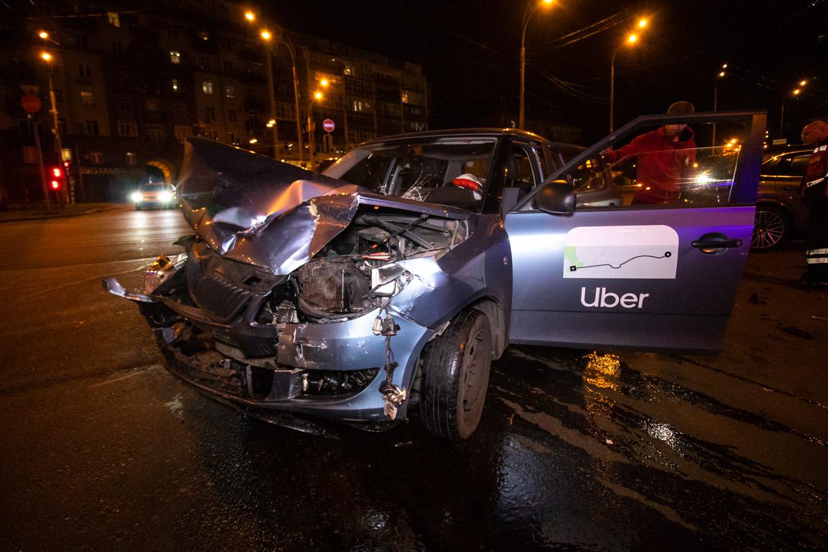 На пересечении улиц Бассейной иЭспланадной произошла авария с участием Skoda Fabia службы такси Uber иPorsche Cayenne
