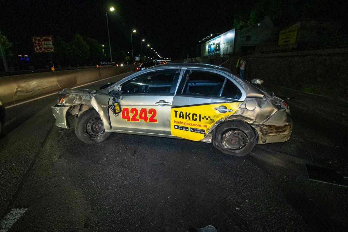 """На Набережном шоссе произошла авария с участием автомобилей Honda Accord иMitsubishi Lancer службы такси """"Фемида"""""""