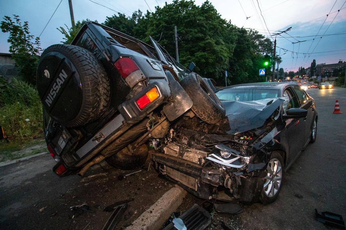 На пересечении улиц Ильенко и Оранжерейной произошла авария с участием автомобилейNissan Patrol иVolkswagen Jetta