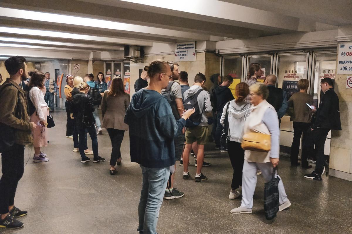 """В пятницу, 12 июля, в Киеве на метро """"Оболонь"""" женщина упала на колею"""