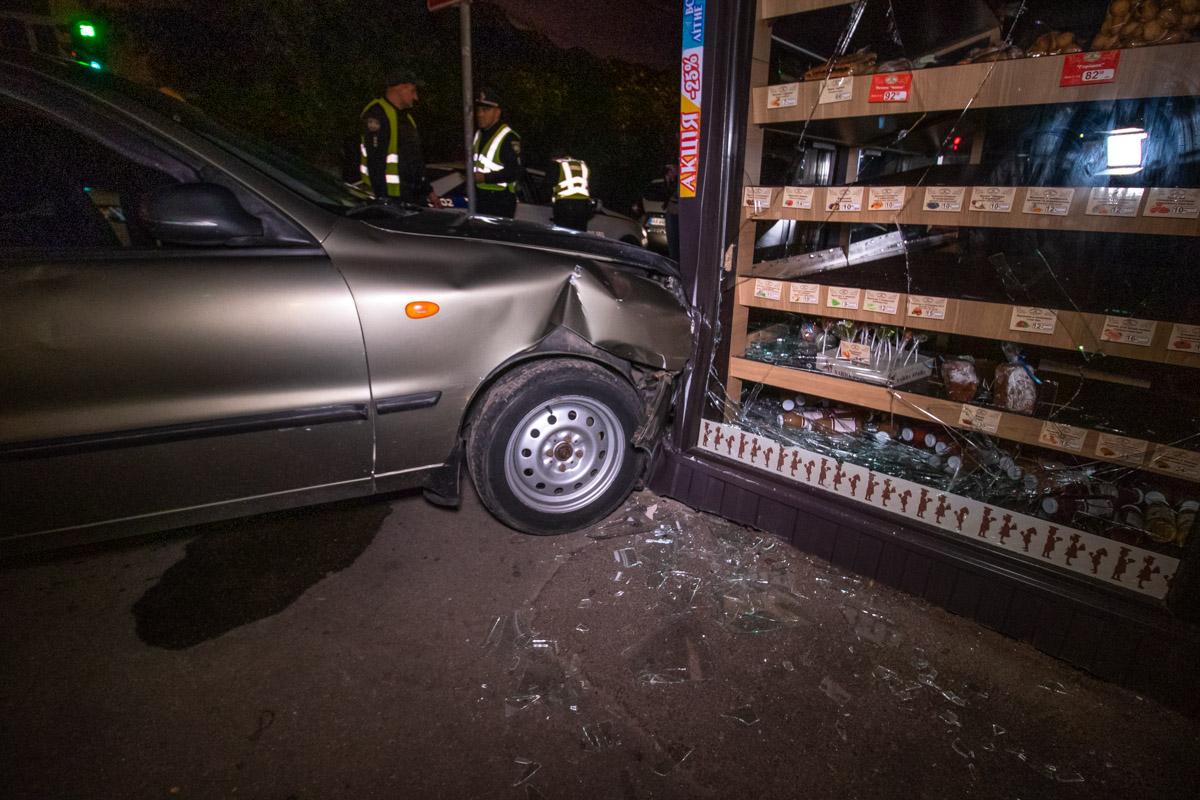 Предположительно, машина не стояла на ручнике и скотилась вниз по улице