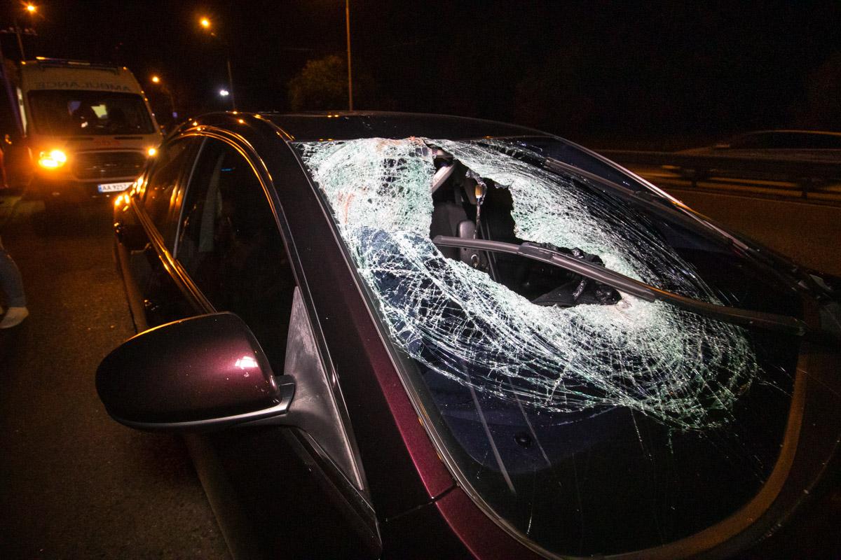 Удар был столь сильным, что пешеход перелетел через крышу машины