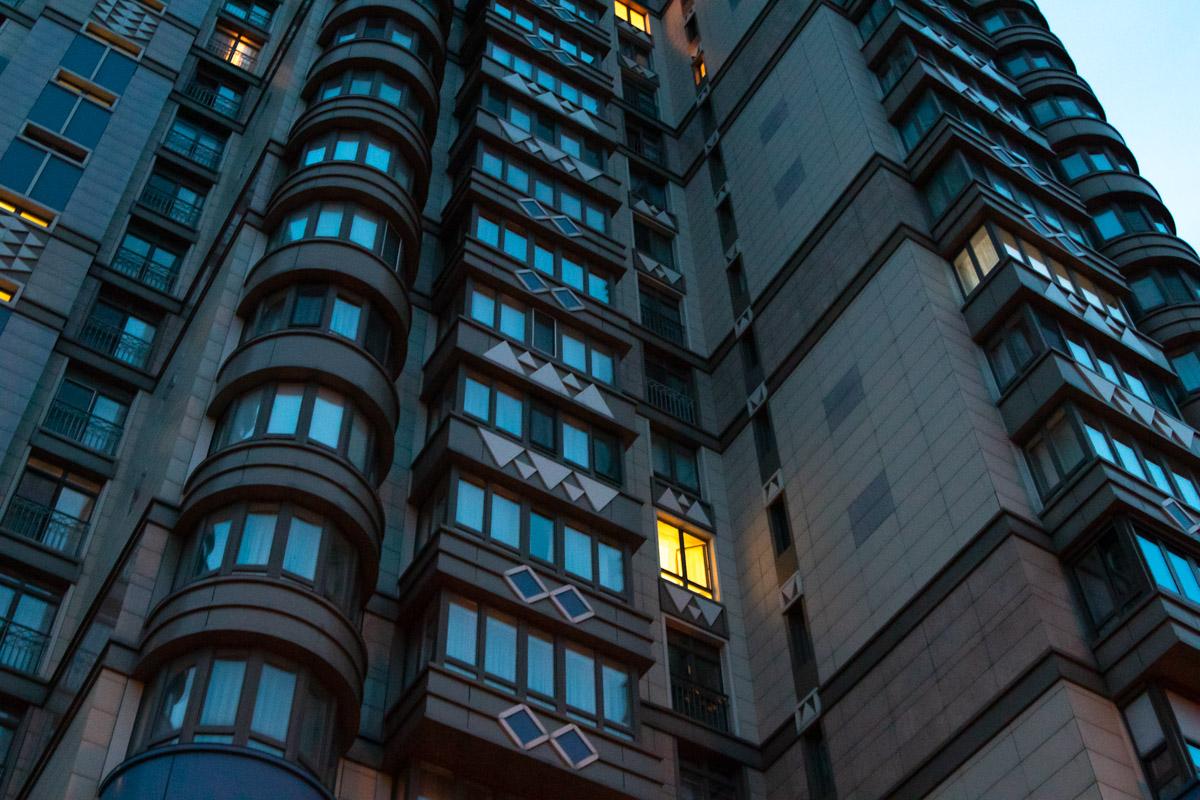 В Печерском районе Киева по адресу улица Институтская, 18а между этажами нашли повешенного парня