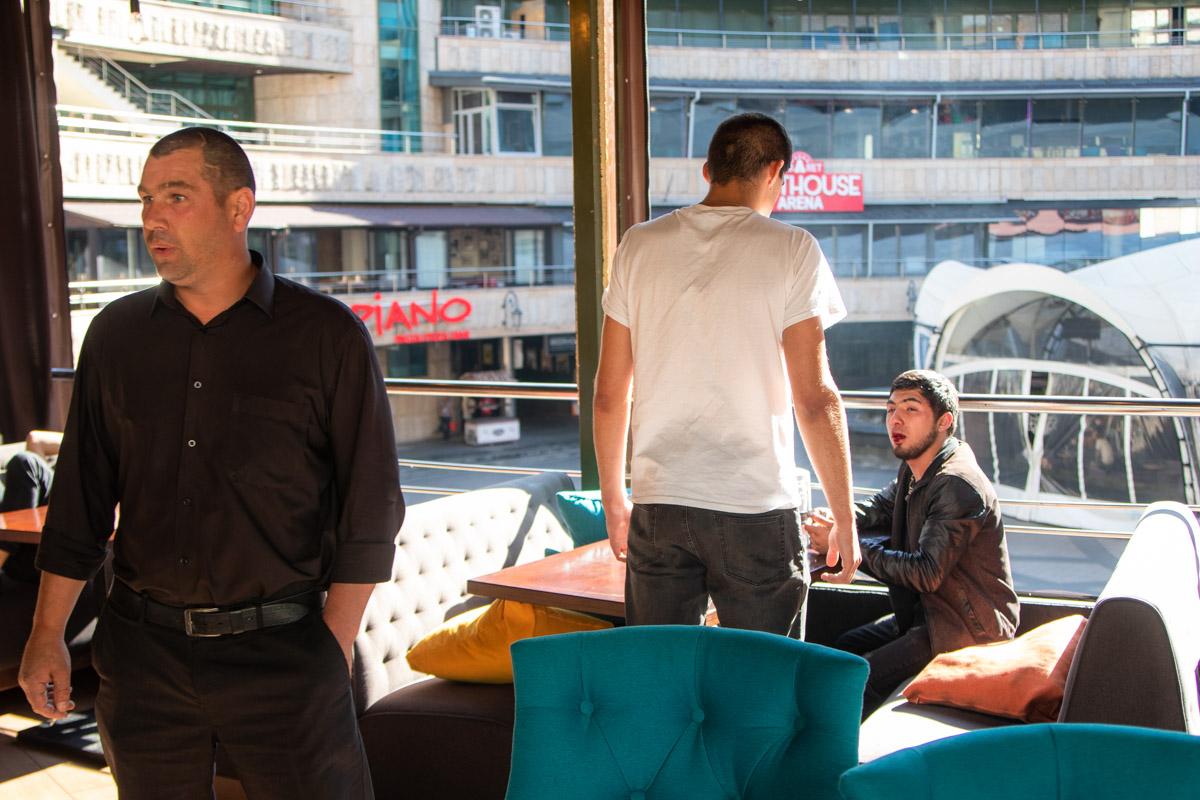 Двое мужчин отдыхали в ресторане, а когда подошло время оплачивать счет, то они хотели уйти, не заплатив