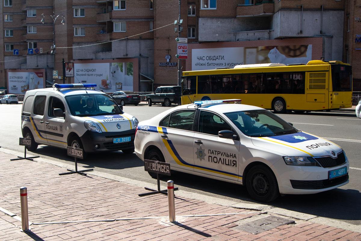 На месте работали экипажи патрульной полиции, полиции охраны, следственно-оперативная группа и медики