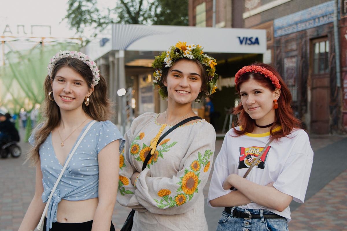 Костер, девушки в вышитых платьях, этно-музыка и танцы дарили всем шикарное настроение